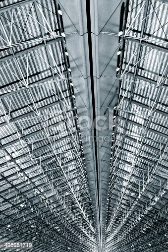 istock Deckenkonstruktion Flughafen Lagerhalle - modern ceiling 498981719