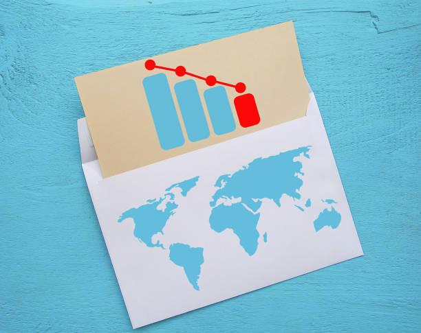 rückläufige graph. gedruckt auf papier. auf eine hölzerne struktur. - demographie deutschland stock-fotos und bilder