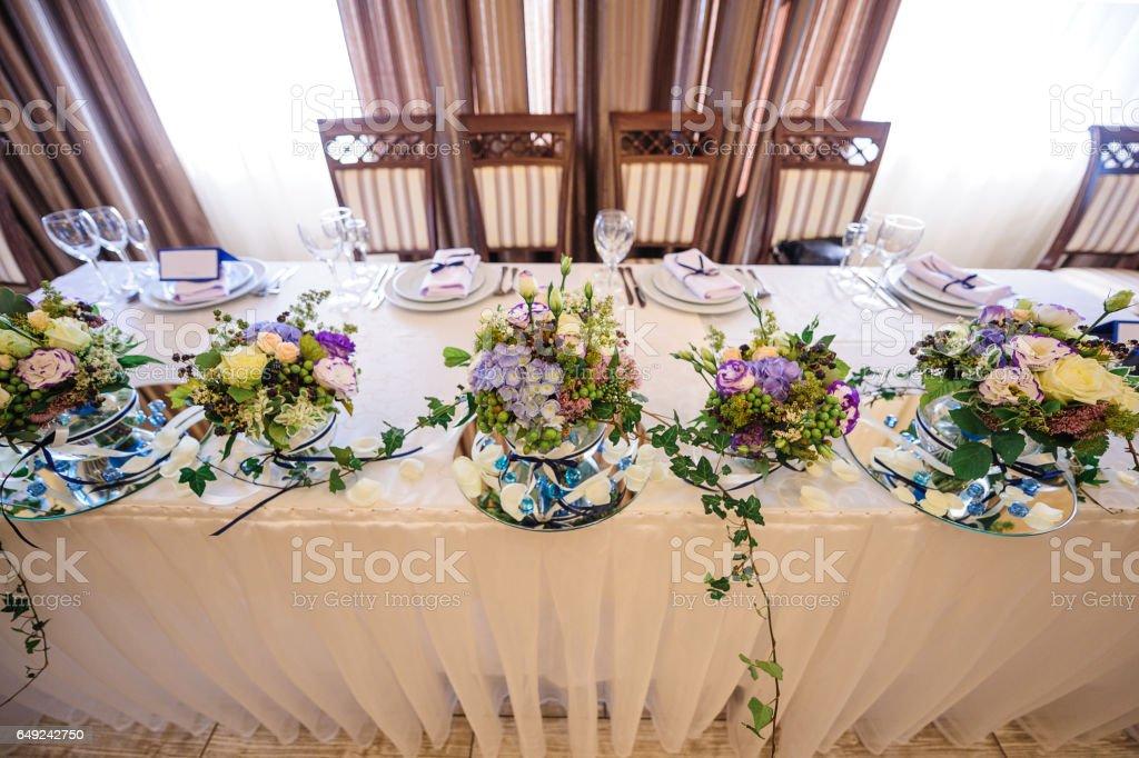 Dekor Von Blumen Auf Der Hochzeit Tisch Braut Und Brautigam Stockfoto Und Mehr Bilder Von Arrangieren Istock