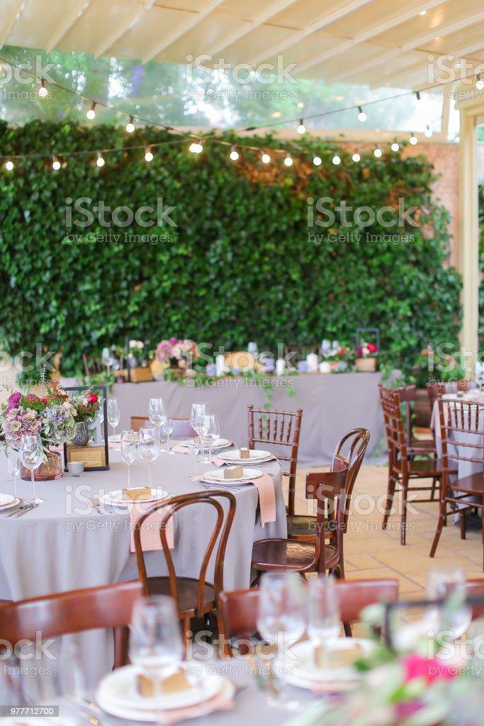Mesas Decoradas Y Servidos Para El Banquete En El Café Al Aire Libre Foto De Stock Y Más Banco De Imágenes De A La Moda