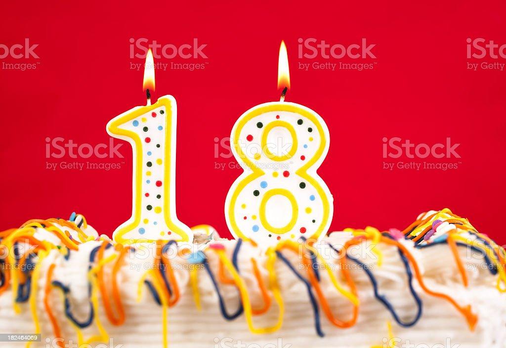 Das Geburtstagstorte mit brennenden Kerzen Ziffer 18. Roter Hintergrund. – Foto