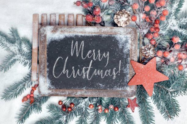 """tafel mit text """"merry christmas"""" mit saisonalen dekorationen verziert - texte zu weihnachten stock-fotos und bilder"""