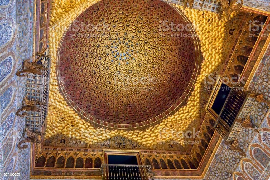 Decoración del techo en los Reales Alcázares de Sevilla - foto de stock
