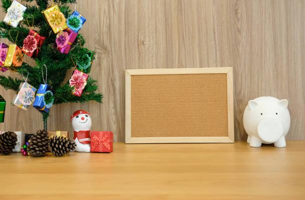 geschmückter Weihnachtsbaum Pinnwand & Sparschwein. Weihnachten-Neujahr – Foto