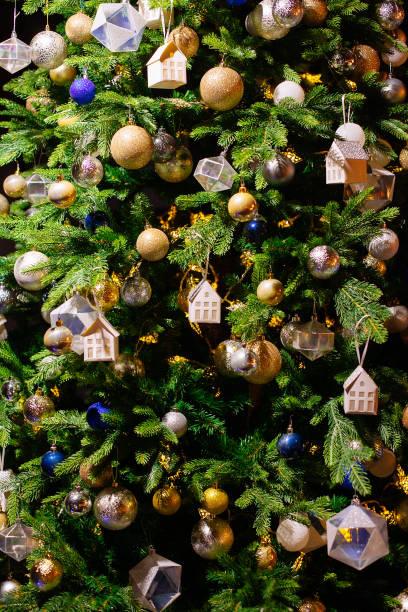Geschmückter Weihnachtsbaum auf verschwommen, Sekt Hintergrund – Foto