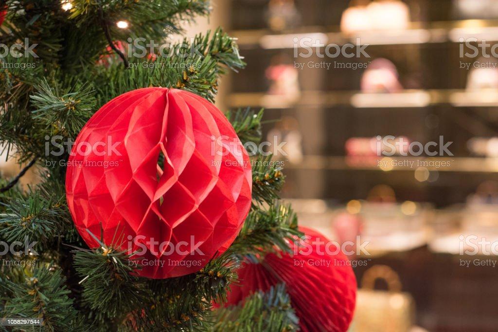 Pastellfarbene Christbaumkugeln.Rot Handgefertigte Christbaumkugeln Mit Textfreiraum Auf Bokeh Hintergrund Im Einkaufszentrum Interieur Eingerichtet Weihnachten Hintergrund Stockfoto