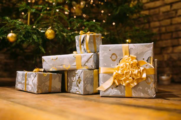 decorated christmas with bows presents under the christmas tree - poniżej zdjęcia i obrazy z banku zdjęć