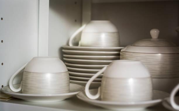 dekoriert kaffee tassen und untertassen - italienische küchen dekor stock-fotos und bilder