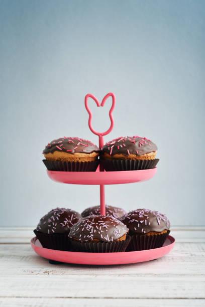 dekorierte cupcakes auf tablett - cupcake türme stock-fotos und bilder