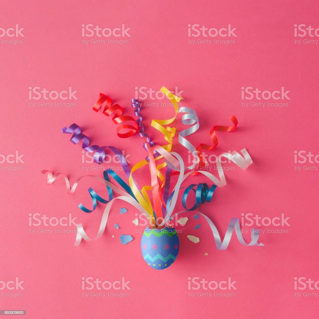 Osterei mit Partystromer auf rosa Hintergrund dekoriert. Ostern-Konzept. Flach zu legen. – Foto