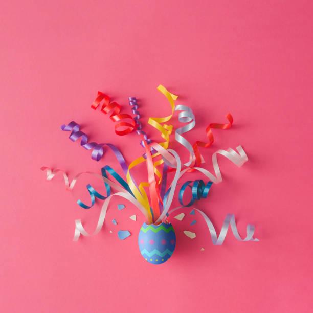 decoração ovo de páscoa com flâmulas de festa no fundo rosa. conceito de páscoa. plano de leigos. - pascoa - fotografias e filmes do acervo