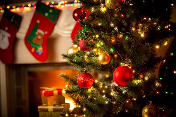 装飾を施した暖炉とクリスマスツリーのコテージ - クリスマスツリー ストックフォトと画像