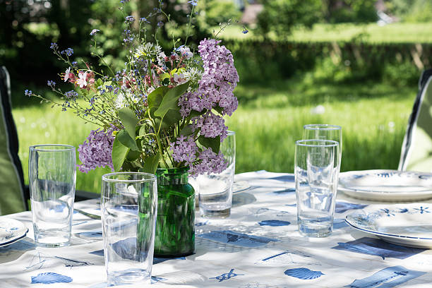 装飾庭園のテーブルでのお食事は、夏の早期チェックイン ストックフォト