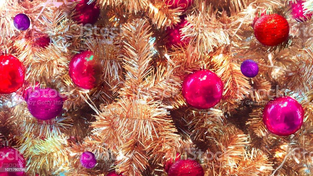 Decoración árbol De Navidad Dorado Con Bola Roja Feliz