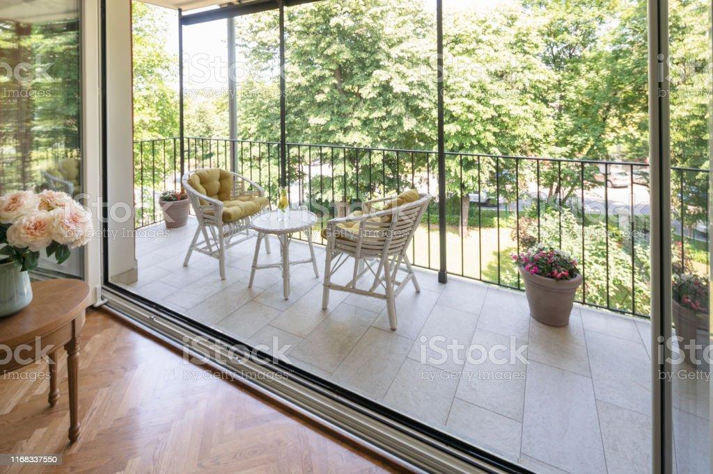 Dekoriertes modernes Wohnzimmer mit Terrasse Schöner Gartenblick - Lizenzfrei Architektur Stock-Foto