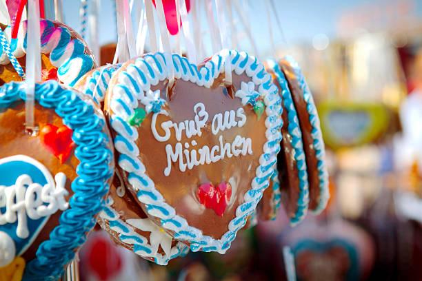 oktoberfest hearts - lebkuchenherzen stock-fotos und bilder