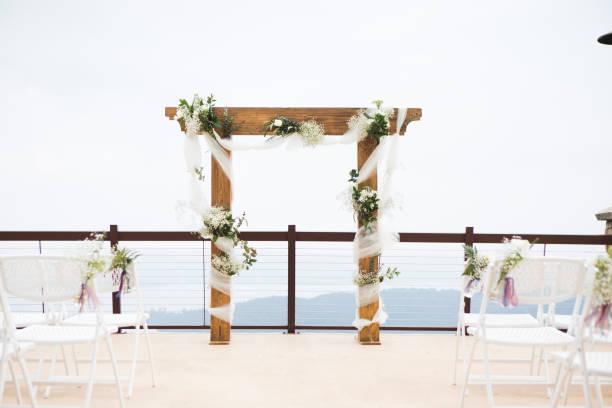 hochzeit im freien altar und sitzgelegenheiten eingerichtet - altar stock-fotos und bilder