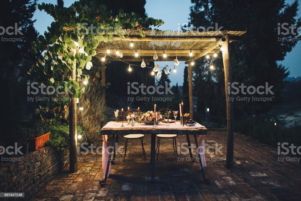 Decoración mesa boda al aire libre con flores en estilo rústico - foto de stock