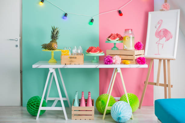 dekorierte party tisch - tisch dekorationen stock-fotos und bilder