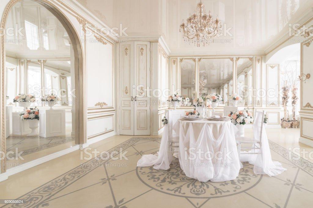 Moderne Stoelen Bij Antieke Tafel.Tafel En Stoelen Voor Een Feestelijk Diner Ingericht Luxe Inrichting