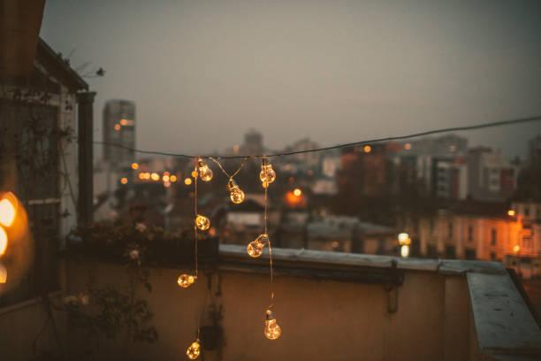 dekorierten terrasse der wohnung - fensterdeko herbst stock-fotos und bilder