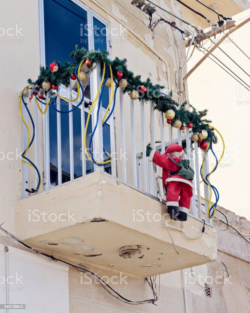 Fotografia De Decorada Con Un Balcon De Guirnalda De Navidad Y Mas