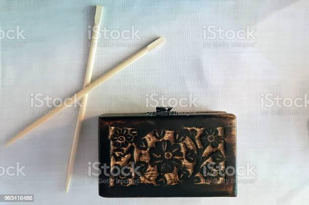 Zdobione Drewniane Pudełko I Pałeczkikody Drewniane Z Tallette I Pałeczkami - zdjęcia stockowe i więcej obrazów Bez ludzi