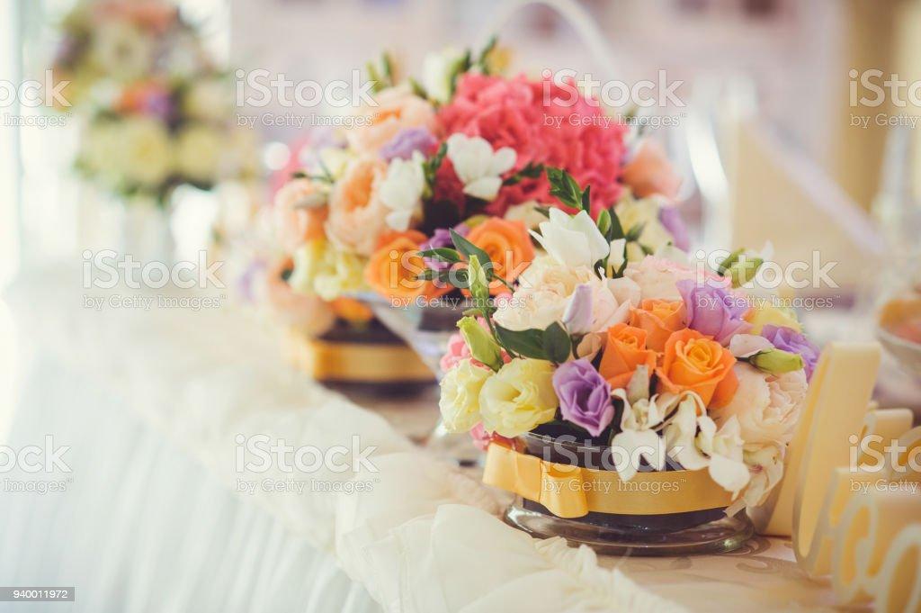 Dekorieren Einen Tisch Mit Zarten Blüten Für Einen Urlaub
