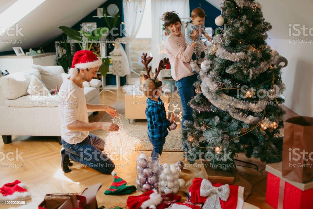 Weihnachtsbaum schmücken – Foto