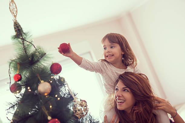 dekorieren weihnachtsbaum - weihnachtlich dekorieren stock-fotos und bilder