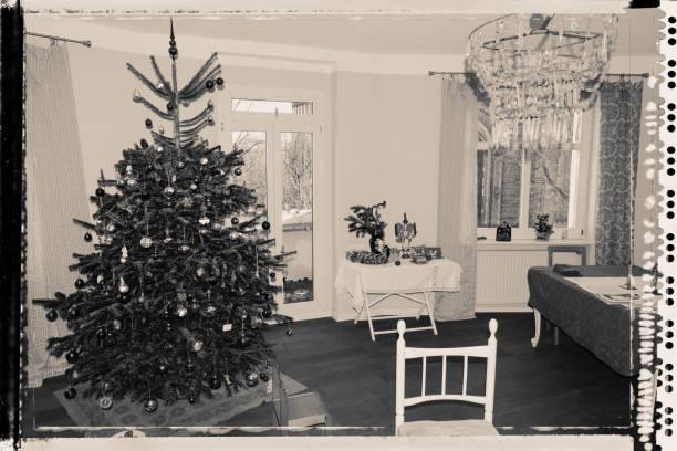 weihnachtsbaum mit ornamenten zu verzieren - alte weihnachtsbäume stock-fotos und bilder