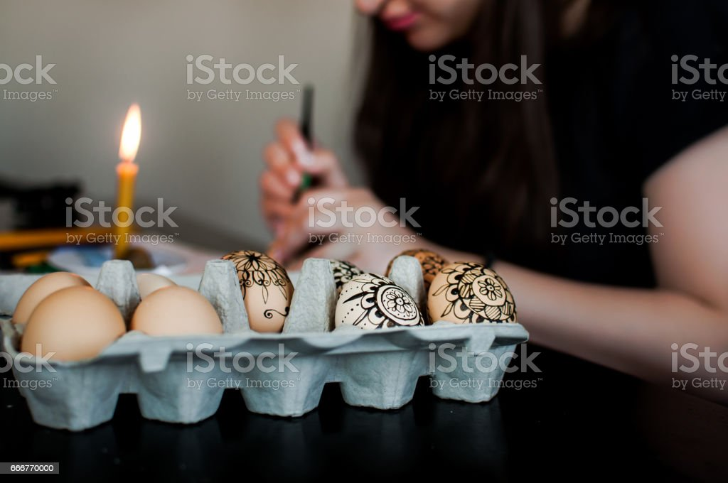 Decorating Easter eggs foto stock royalty-free