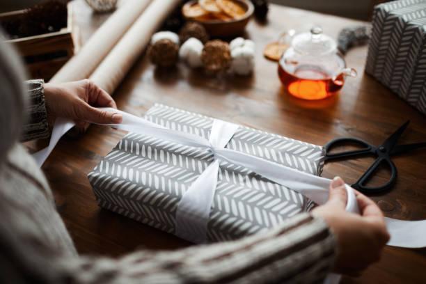 리본으로 선물 상자를 장식 - 포장지 뉴스 사진 이미지