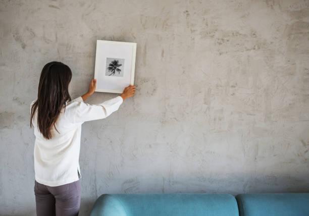 decorating new home - вешать стоковые фото и изображения
