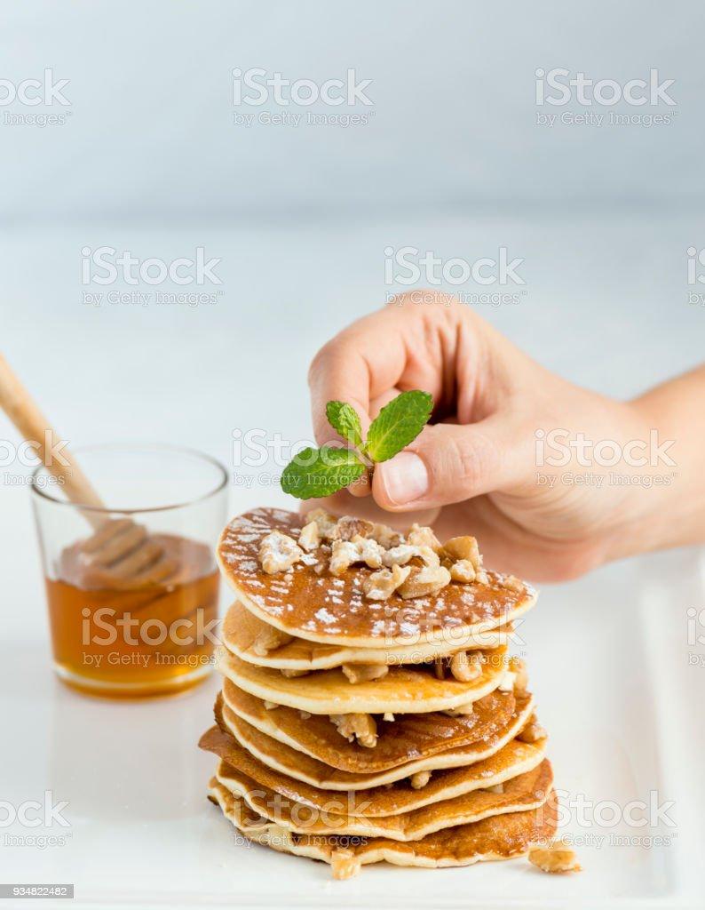 민트와 팬케이크를 장식 - 로열티 프리 건강에 좋지 않은 음식 스톡 사진