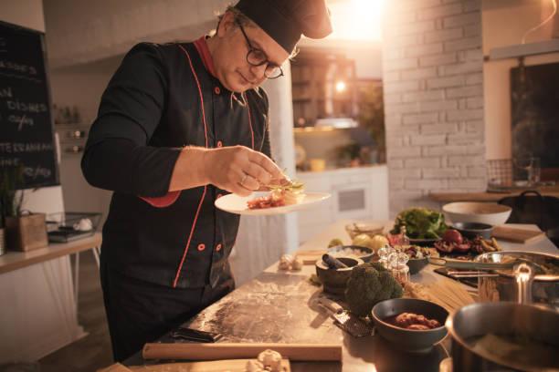 dekorieren den teller - italienische küchen dekor stock-fotos und bilder