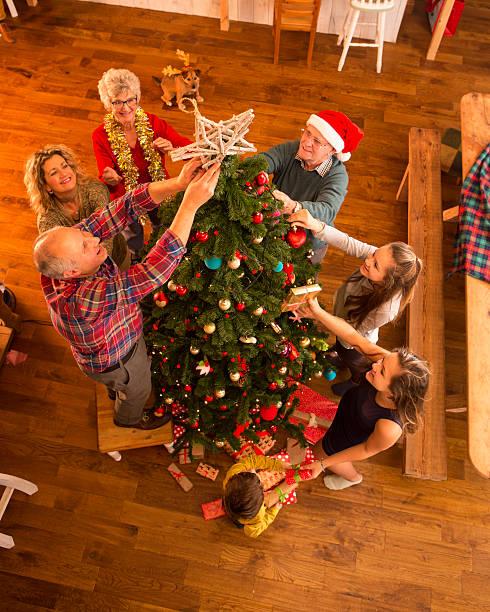dekorieren der tree - alte weihnachtsbäume stock-fotos und bilder