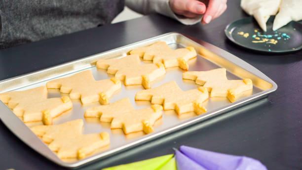 dekorera unicorn sugar cookies - bakplåt bildbanksfoton och bilder