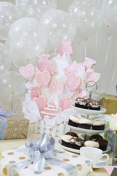 dekoration und bietet bei brautpartys - brautparty kuchen stock-fotos und bilder