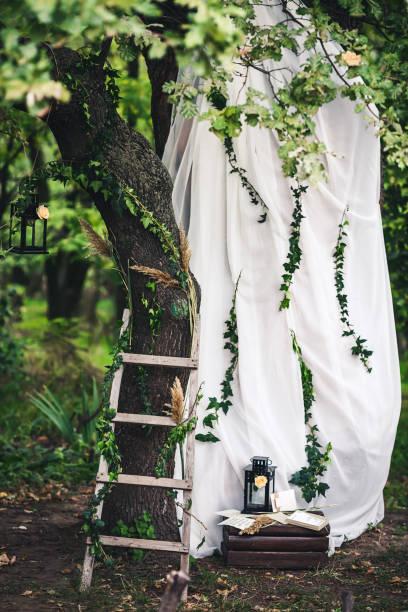 dekoration für die hochzeit - wandleuchte treppenhaus stock-fotos und bilder