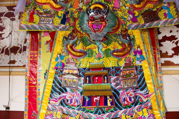 dekorationsmöbel und opfergaben für chinesen beten gott und mahnmal für vorfahren im tempel von tiantan - engelsflügel kaufen stock-fotos und bilder