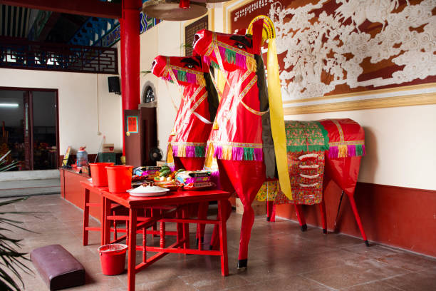 dekorationsmöbel und opfergaben für chinesen beten gott und mahnmal für vorfahren im tempel von tiantan - buddha figuren kaufen stock-fotos und bilder