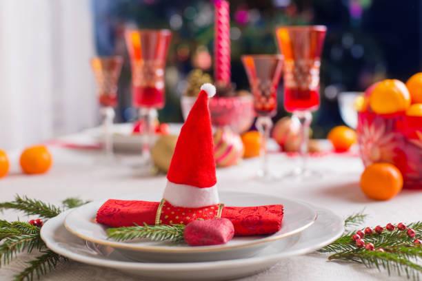 dekoration für den weihnachtstisch - weihnachtsmannhüte aus erdbeeren stock-fotos und bilder