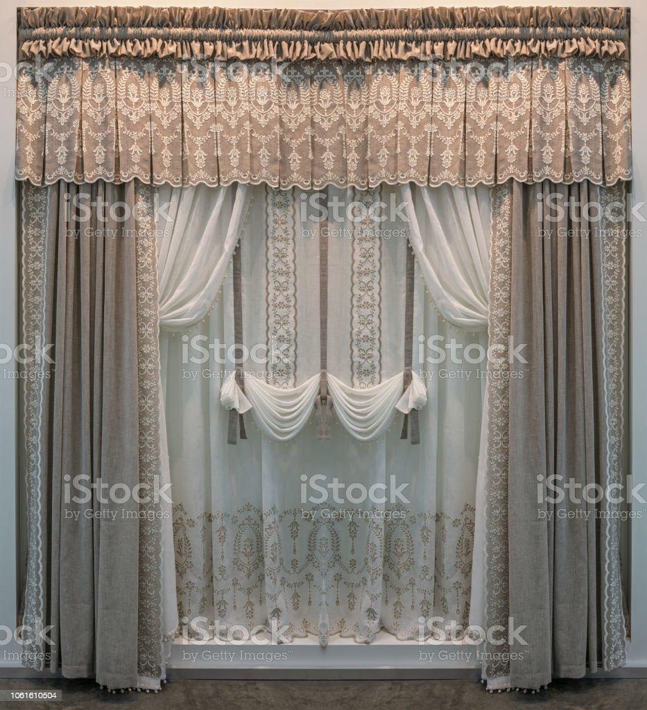 Type De Rideaux Pour Fenetre Cintrees photo libre de droit de décoration de fenêtres avec toile de