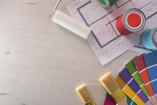 Dekoration Tisch Und Maler Mit Flugzeug Und Materiellen Hintergrund Malen Stockfoto und mehr Bilder von Anstreicher