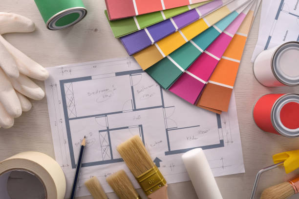 Decoración de la mesa y pintor con plano y tapa de material de pintura - foto de stock