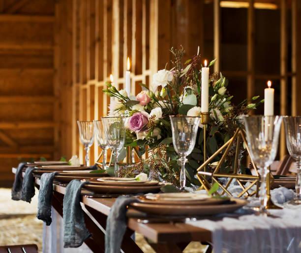 dekoration der hochzeitstafel vor einem bankett. bouquet und kerzen. hochzeitsfeier. - brautstrauß aus holz stock-fotos und bilder