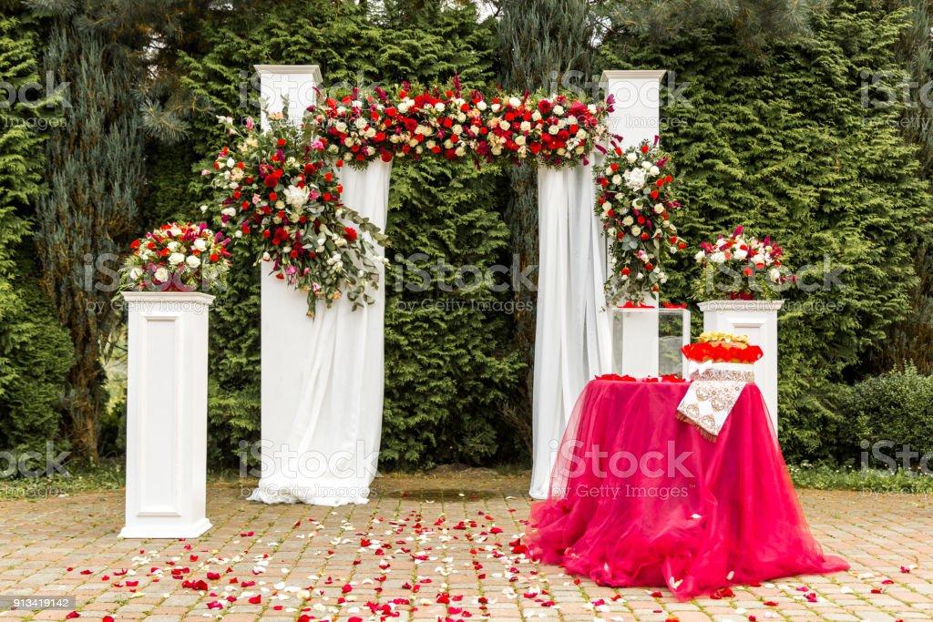 Decoraciones Para La Ceremonia De La Boda De Rosas Rojas Y Blancas Foto De Stock Y Más Banco De Imágenes De Acontecimiento Istock