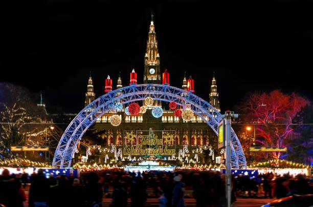dekorationen (übersetzung: merry christmas) der weihnachtsmarkt in wien, österreich - adventgeschichte stock-fotos und bilder