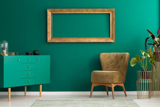 dekorationen auf schrank - oliven wohnzimmer stock-fotos und bilder